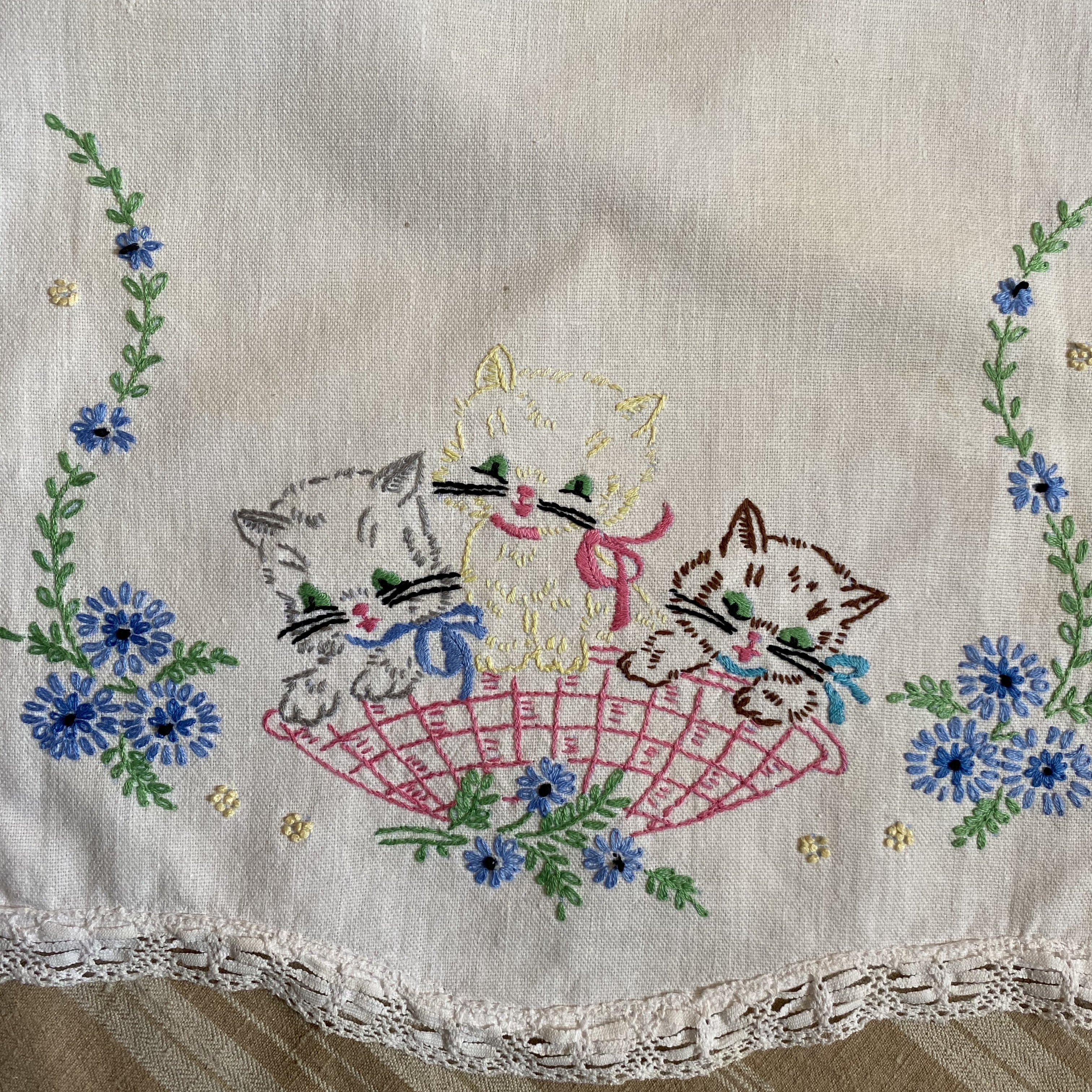 France ヴィンテージ手刺繍ドイリー・ネコ/ uv0101