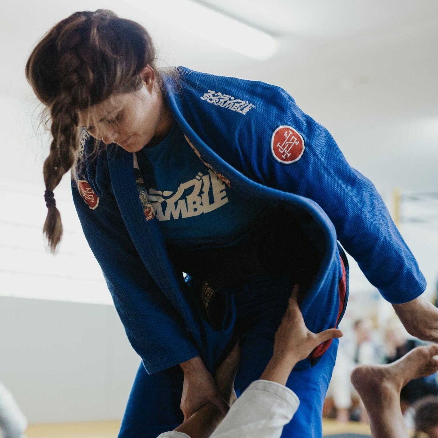 女性用  SCRAMBLE ATHLETE 4: 550+ (女性用カット / ブルー、青)|女性用ブラジリアン柔術衣
