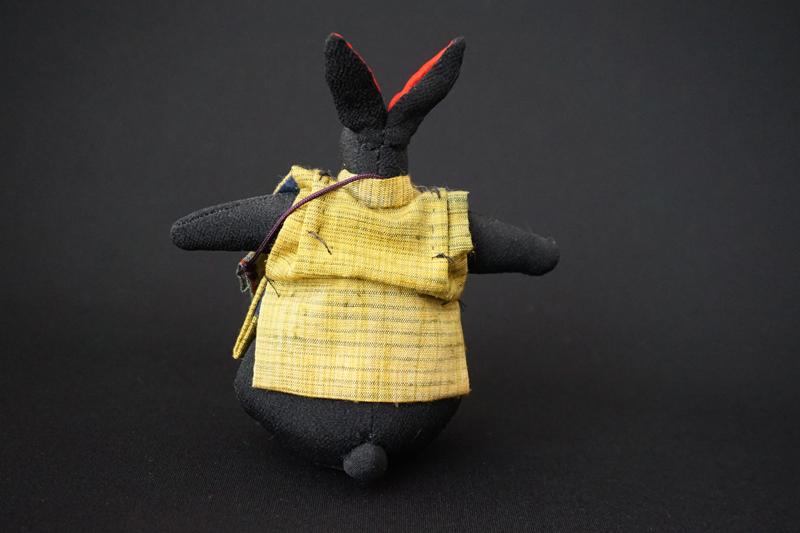 着物、和服の古布人形「ちゃんちゃんこを着たうさぎ」黒 - 画像3