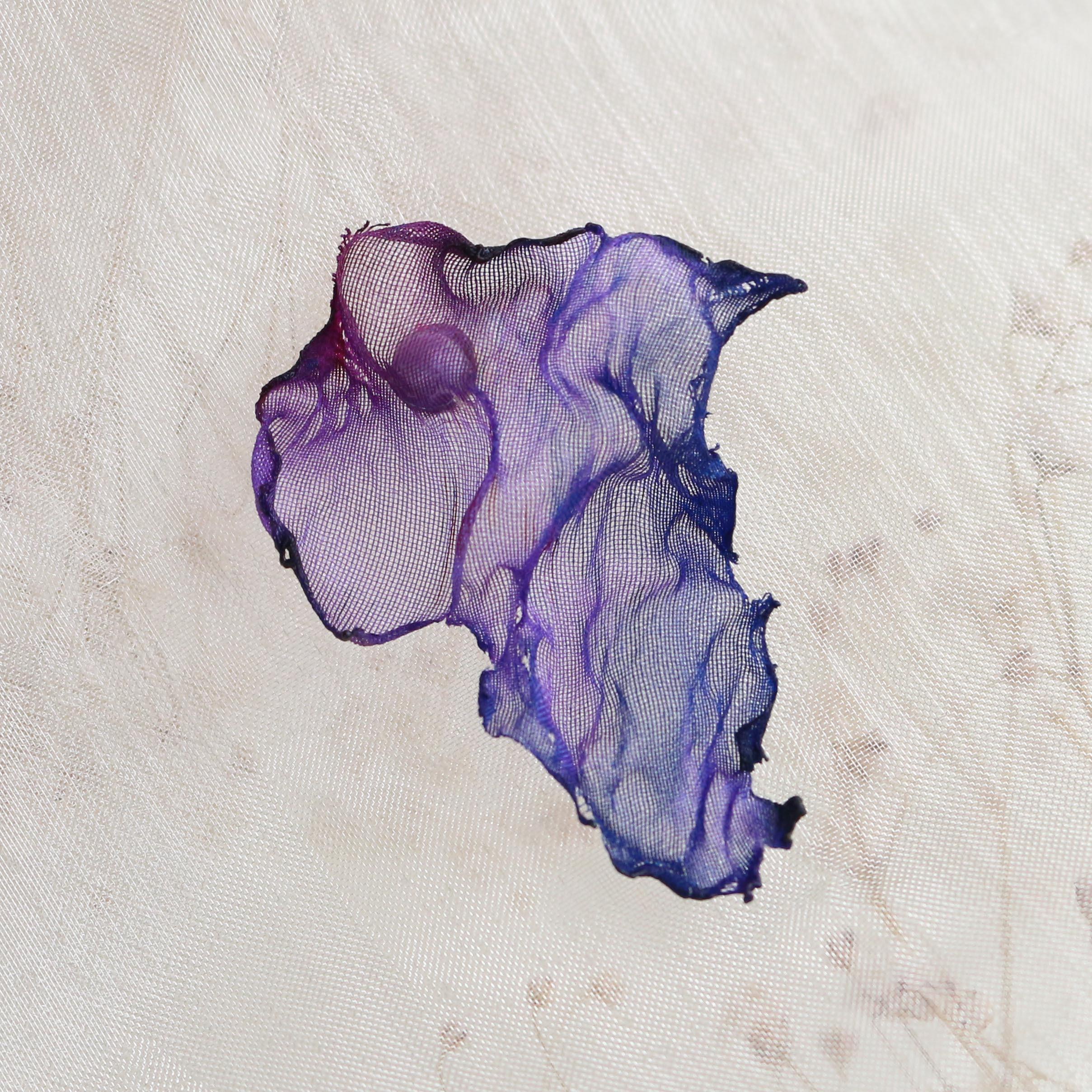 染めオーガンジーのアートピアス|濃い紫