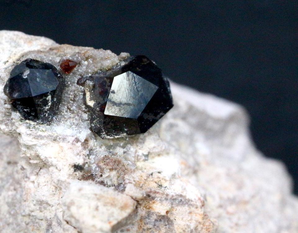 アルマンディン ガーネット 柘榴石 台付き 原石 22,5g GN028 鉱物 標本 原石 天然石