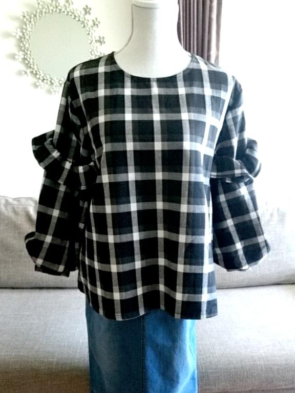 ブロックチェックのフリル袖トップス ホワイト×ブラック