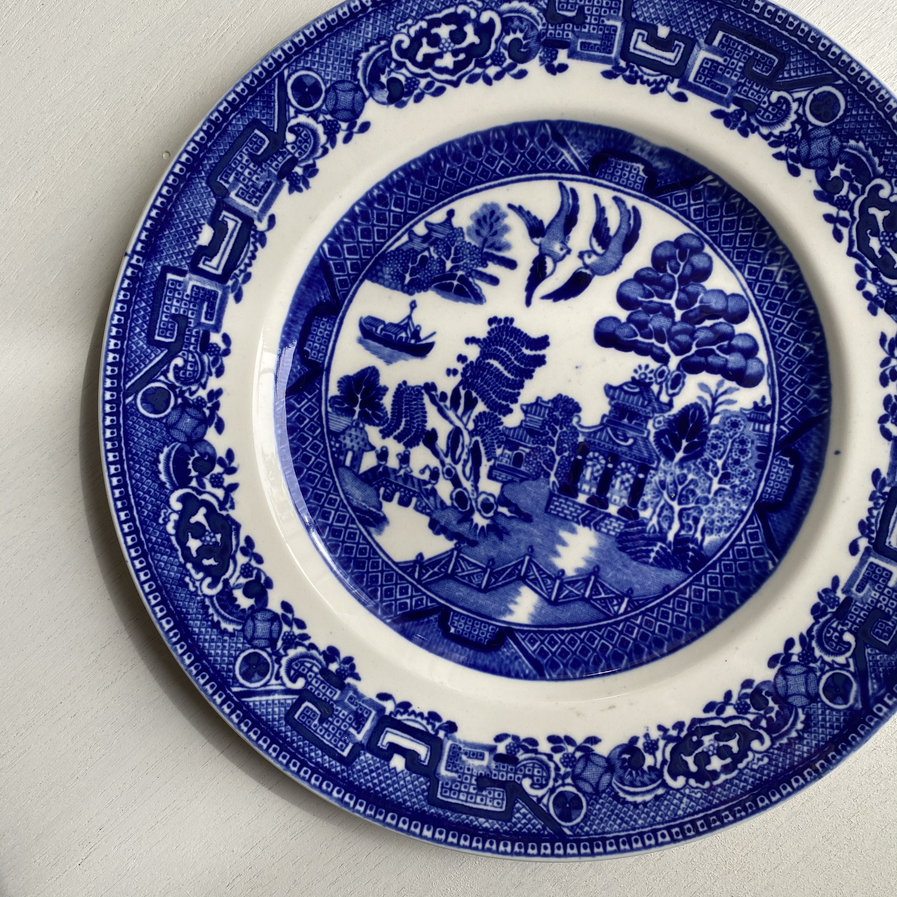 濃いブルーのウィロー皿
