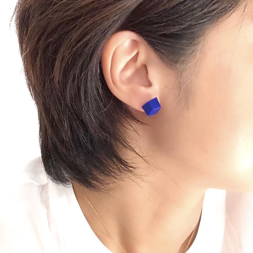 スペイン発 角型 ピアス マットなロイヤルブルー
