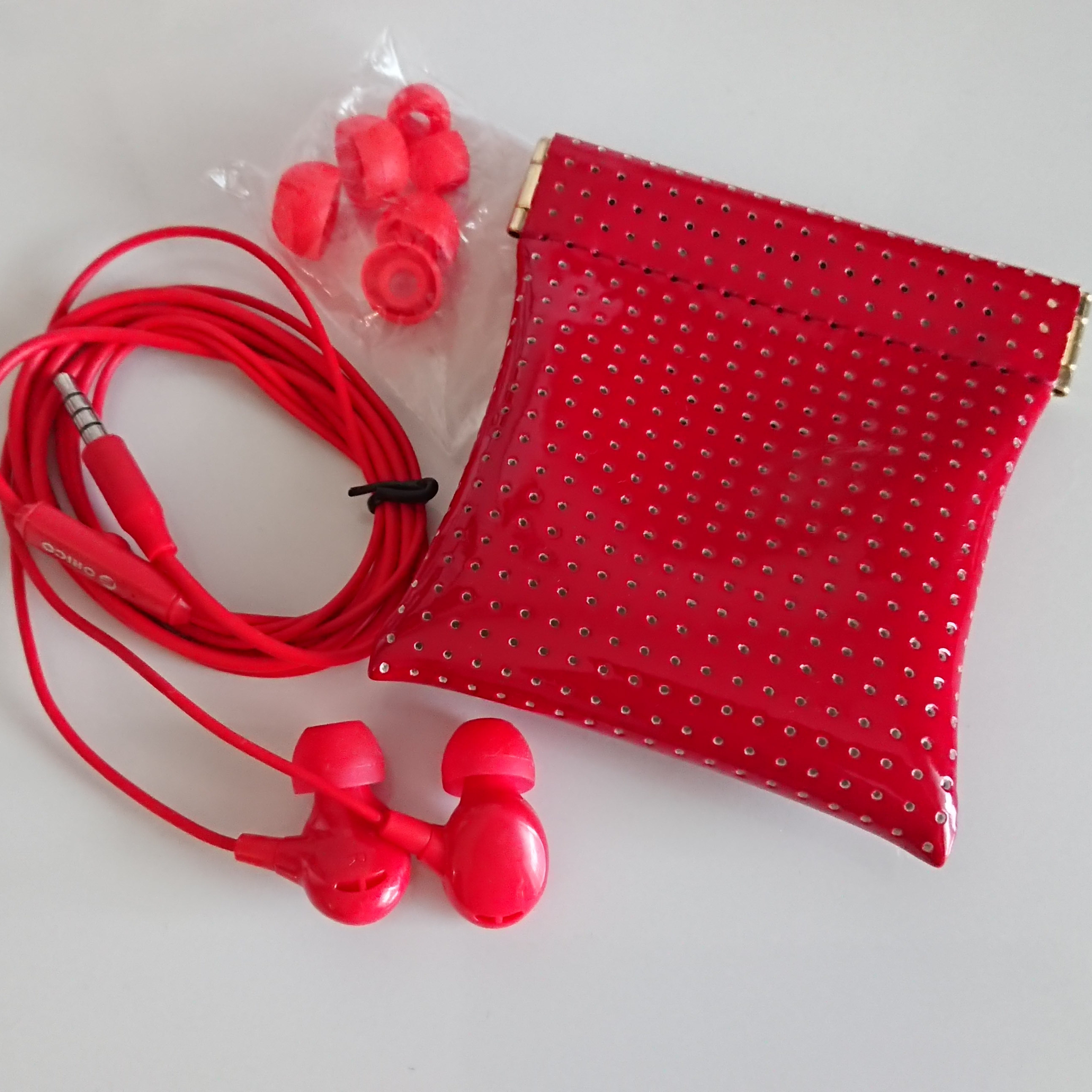 赤のイヤホン カナル型☆おしゃれなケース付き
