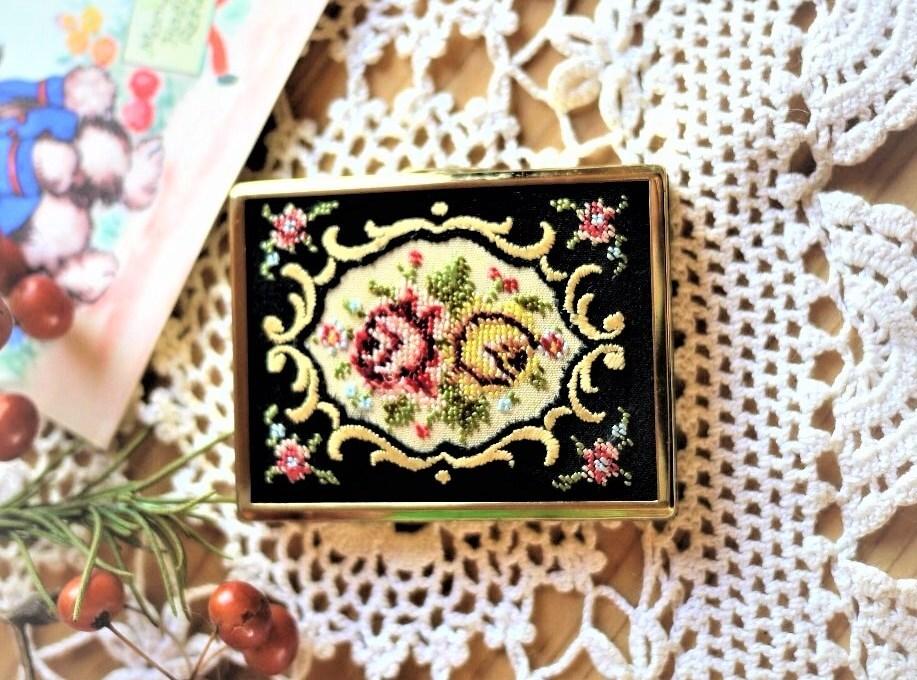 プチポワン刺繍 スクエアコンパクト EIN Golden Seal 白粉