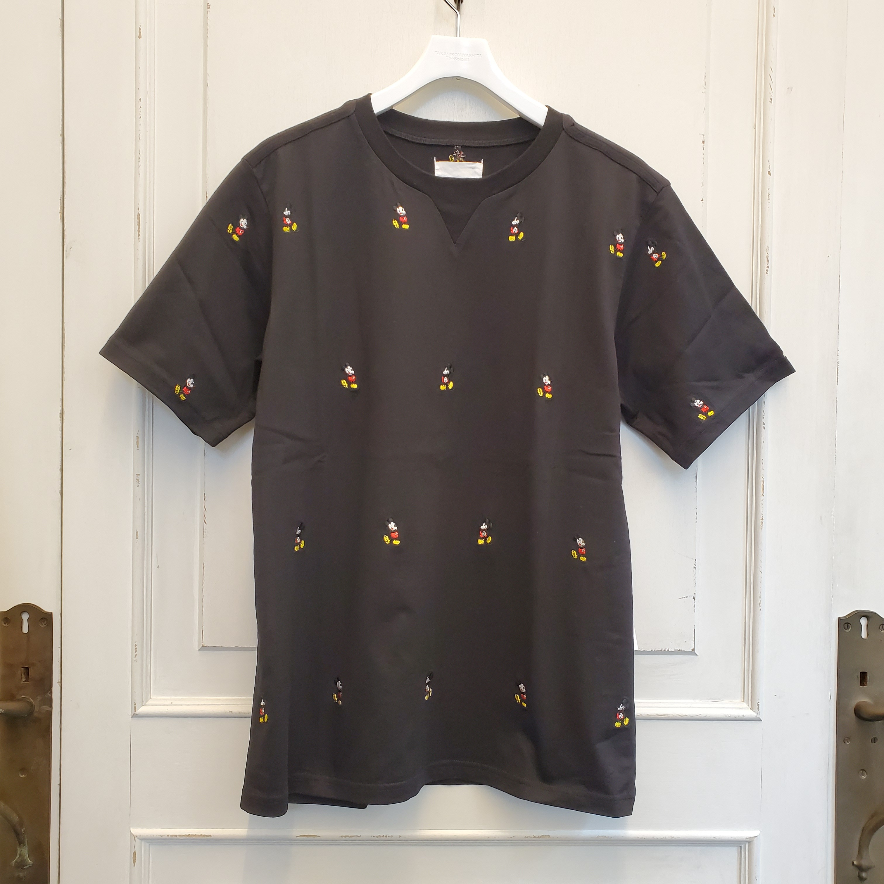 sc.0032aSS20 Mickey Mouse embroidered crew neck s/s tee. (original color Mickey Mouse)