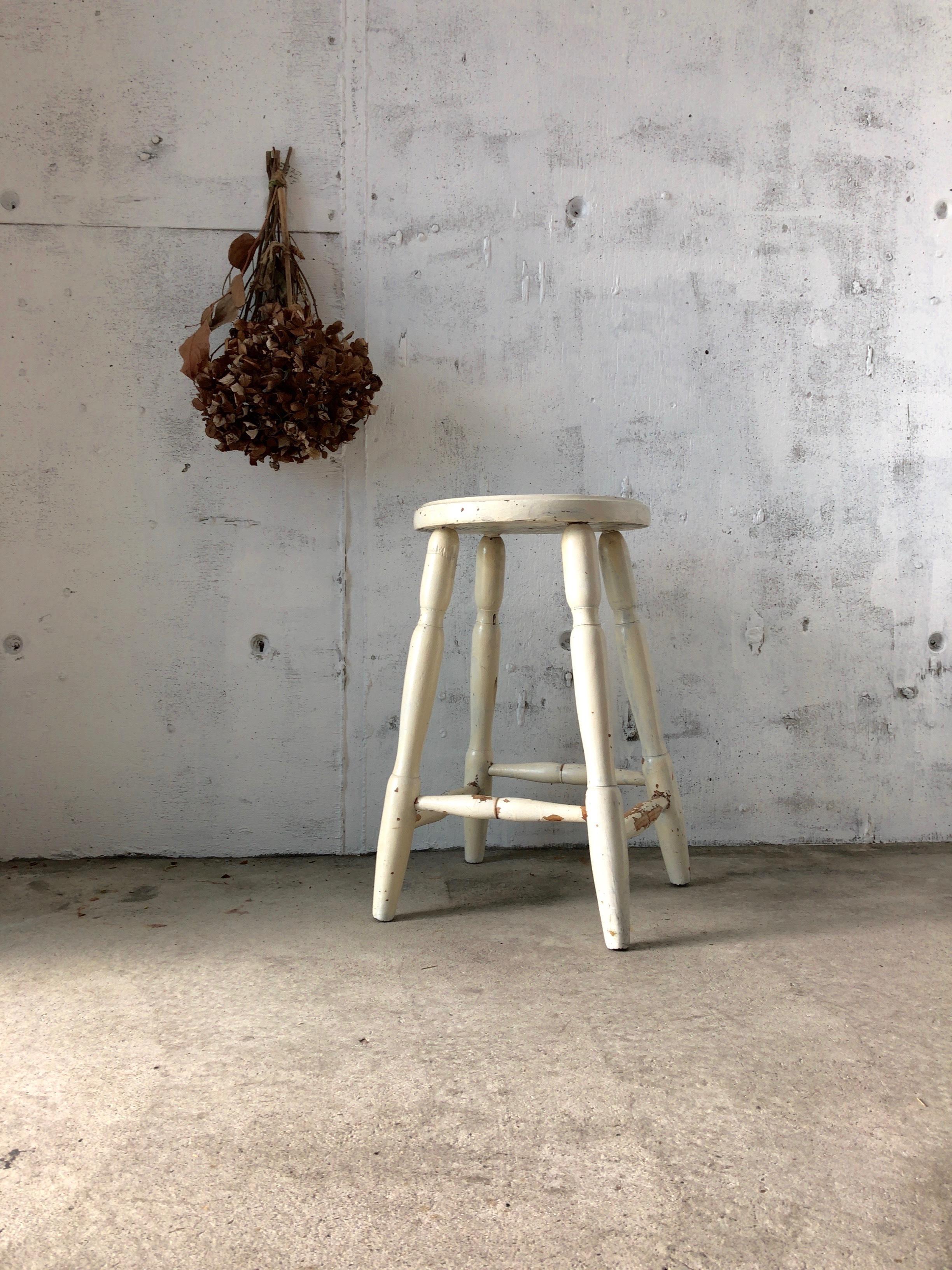 シャビーな白いスツール[古家具]