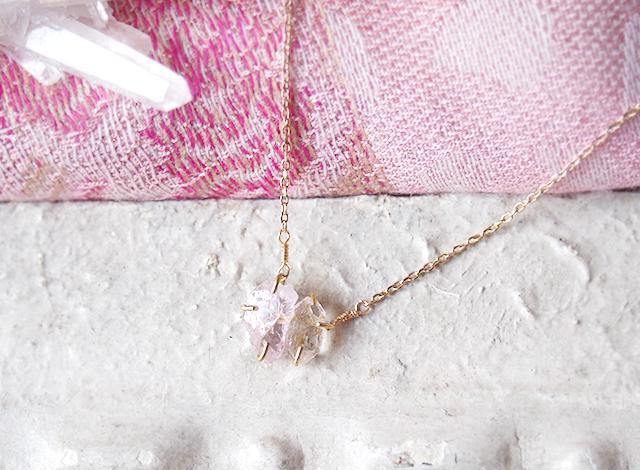 原石のモルガナイトとダイヤモンドクォーツのネックレス