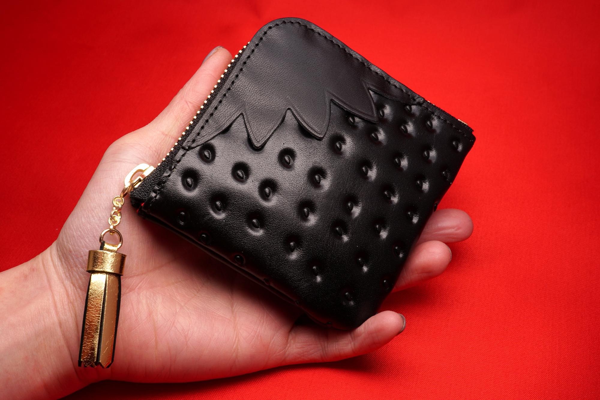普段使いのヘタ付き黒いちごなL字ファスナーコンパクト財布(牛革製)