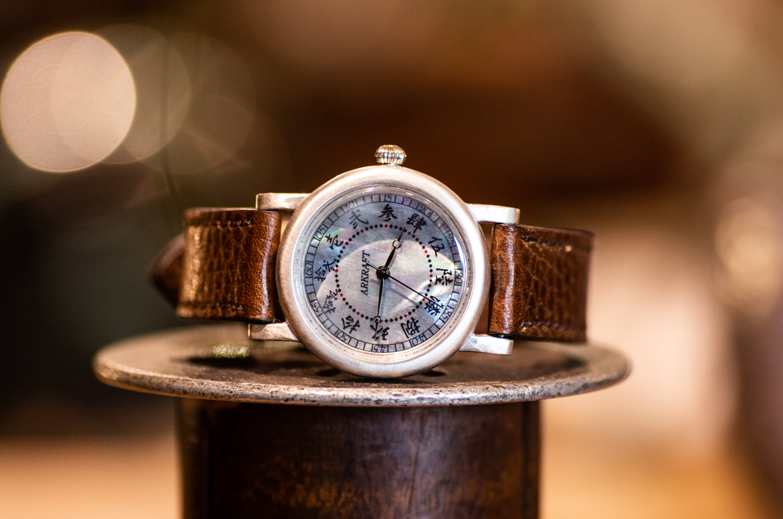 黒蝶貝に漢字の文字盤が特徴の腕時計(Bull Midium/在庫品)
