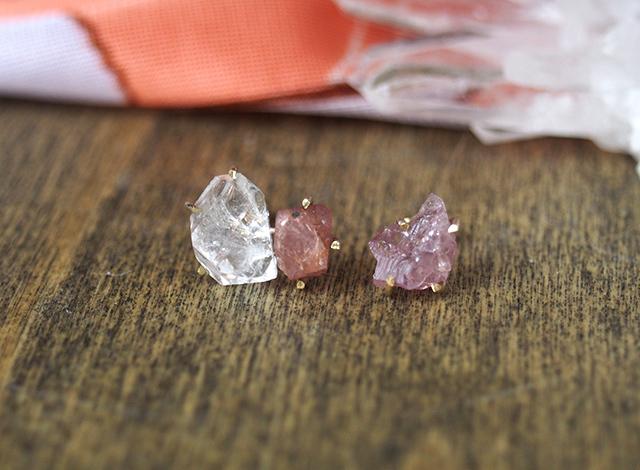 原石のピンクスピネルとダイヤモンドクォーツのピアス