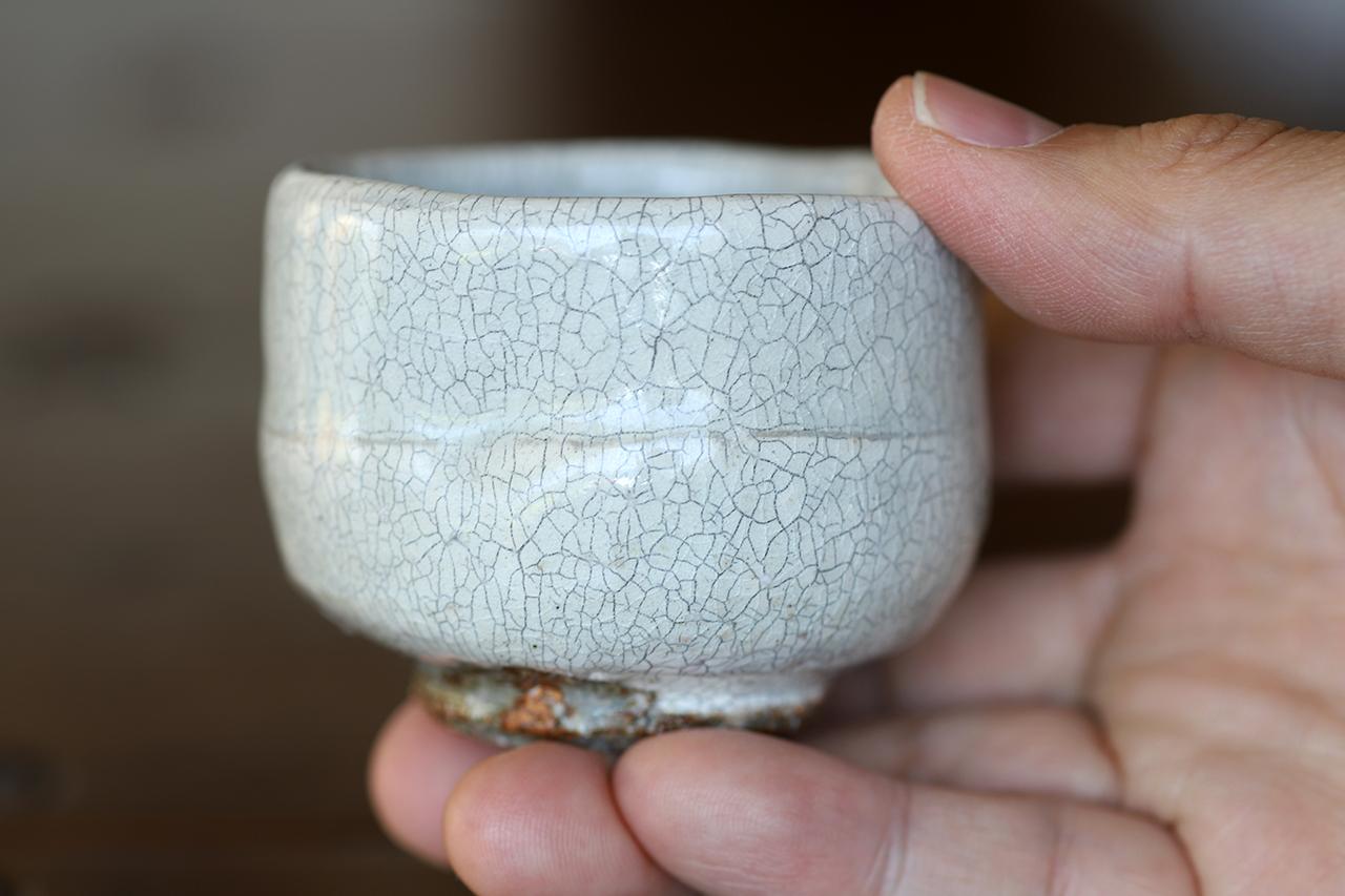 粉引氷雪白窯変 ぐい呑み 作:谷井芳山・谷寛窯(信楽焼)