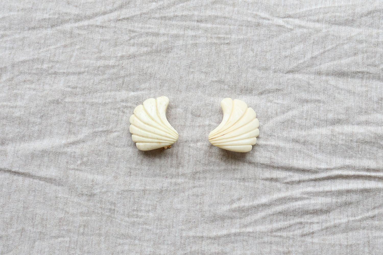 貝殻のようなイヤリング