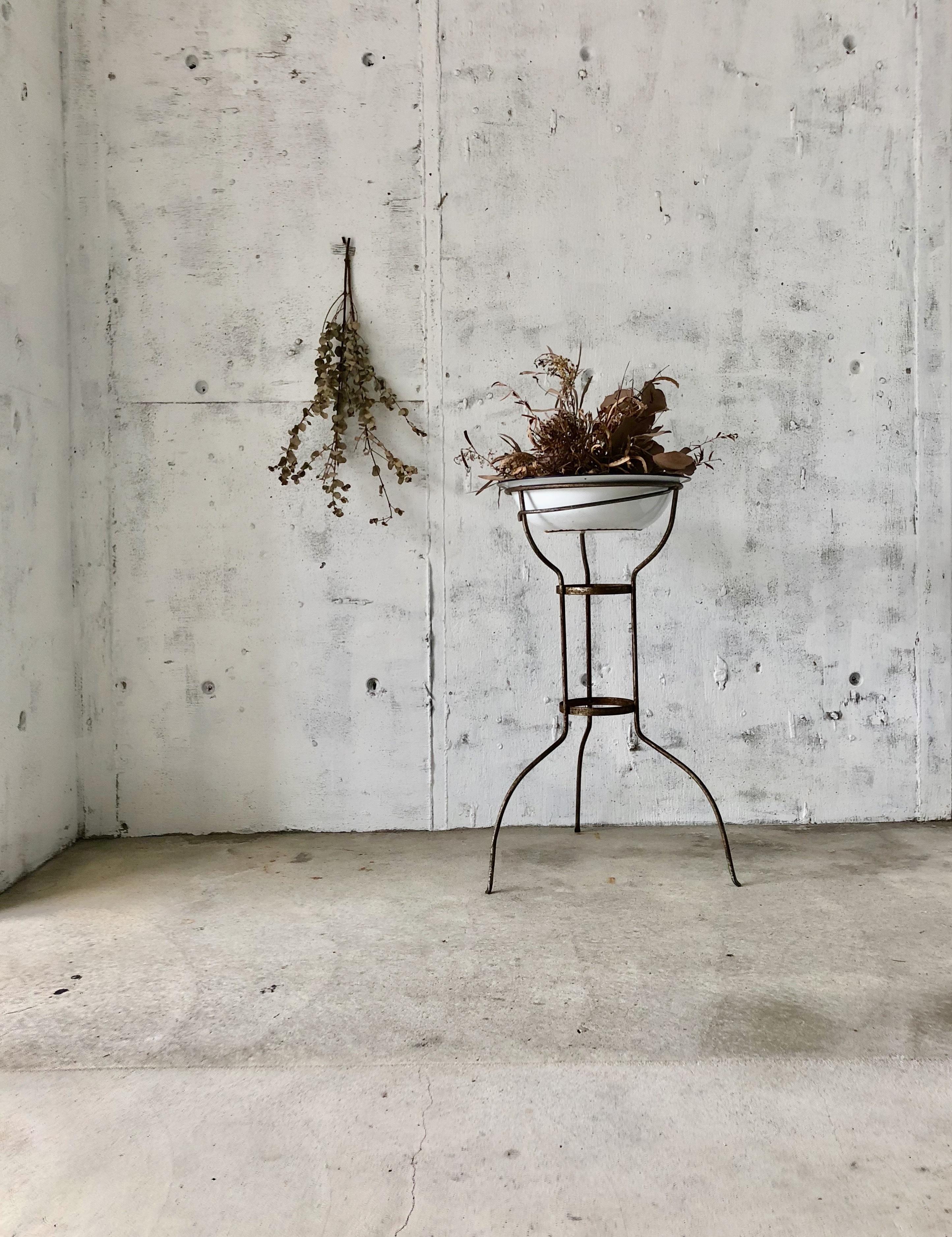 ホーロー×サビ脚の飾り台[古家具]