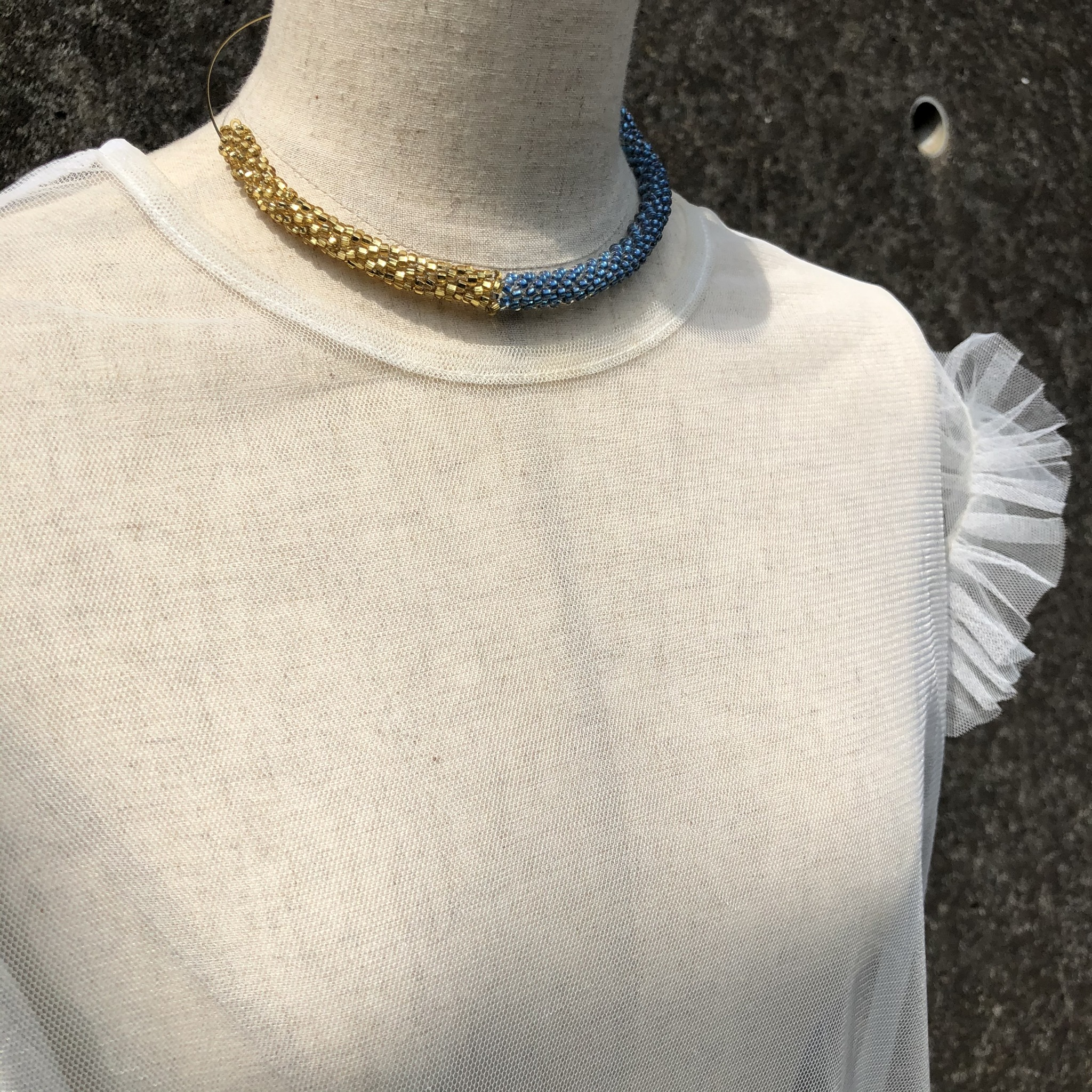 aK beads wire neckless 7 blue gold