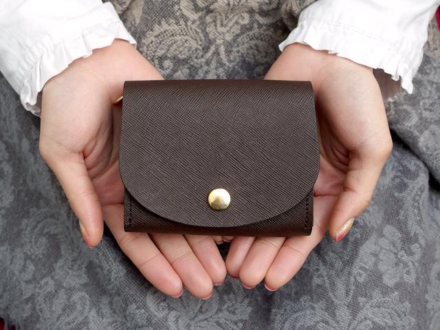 身軽にキメたい時のコンパクト財布|ぷっくり型・プリズムレザーチョコ