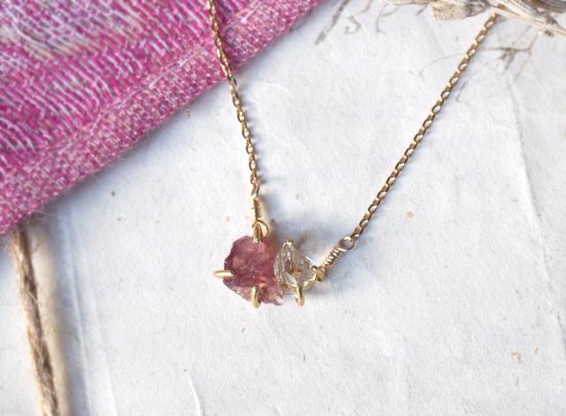 原石のマラヤガーネットとダイヤモンドクォーツのネックレス