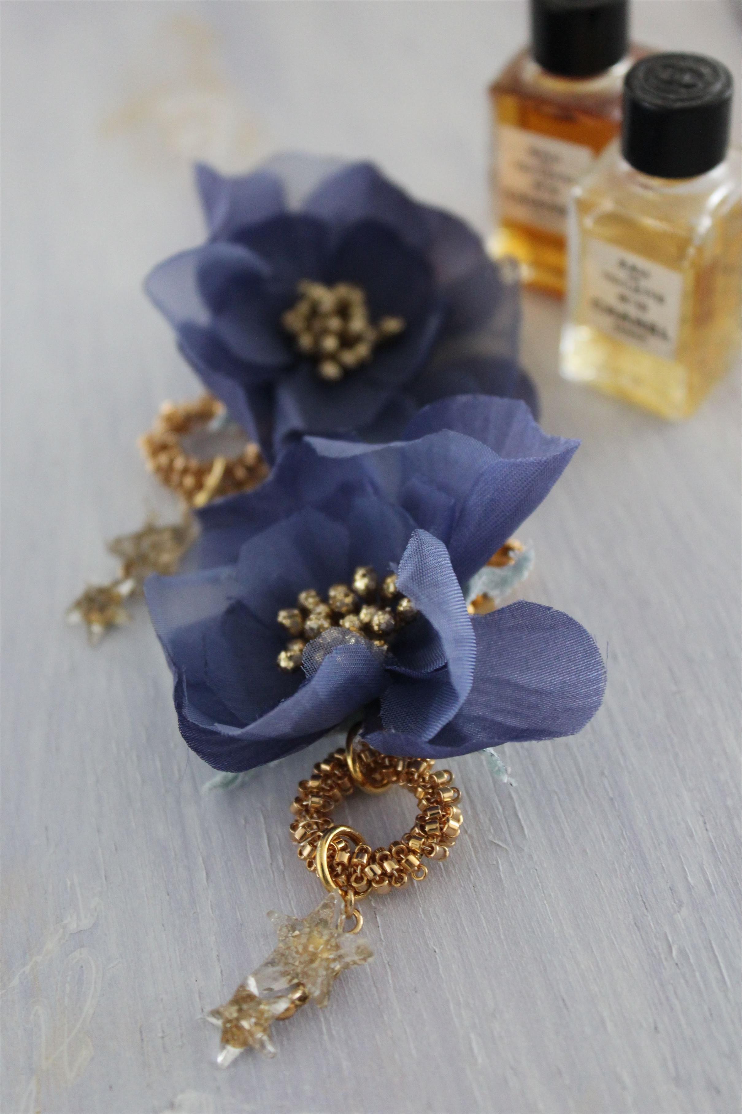 青い花と星のイヤリング