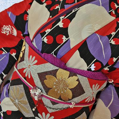 レンタル着物612-2「パーティーきものレンタル」和風館黒・赤・紫のシックでオシャレな柄【往復送料無料】 - 画像1