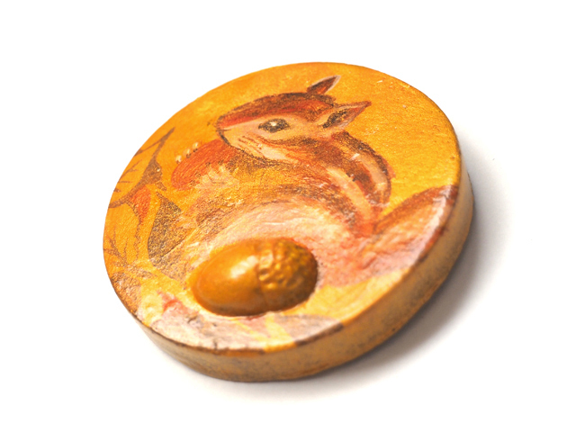 もぐもぐリスとドングリ<手描き絵・陶土のパッチンストール留め>円形