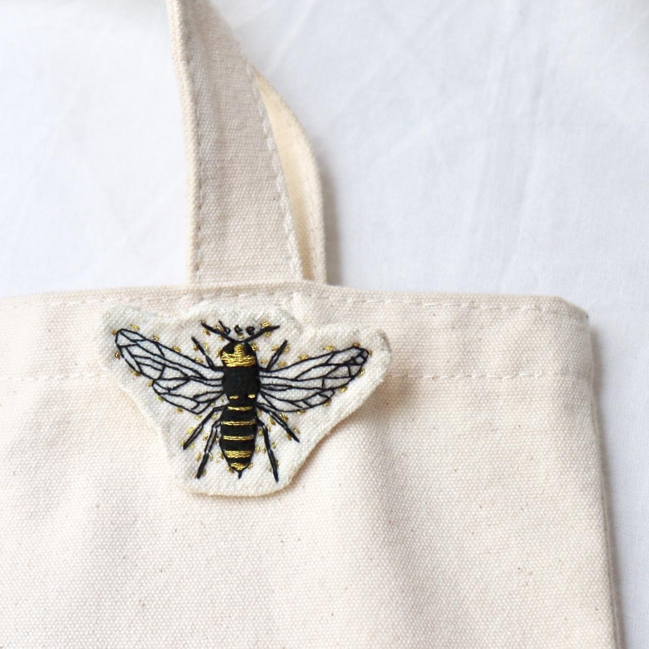 蜂のハンドメイド刺繍ブローチ