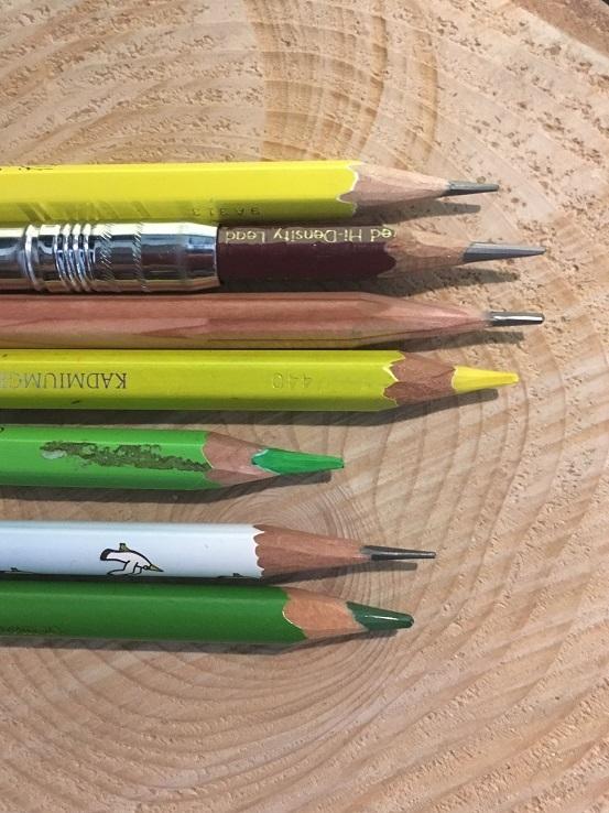 鉛筆をカッターで削ります