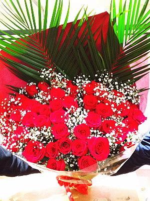 bu010 花束 赤バラとカスミ草