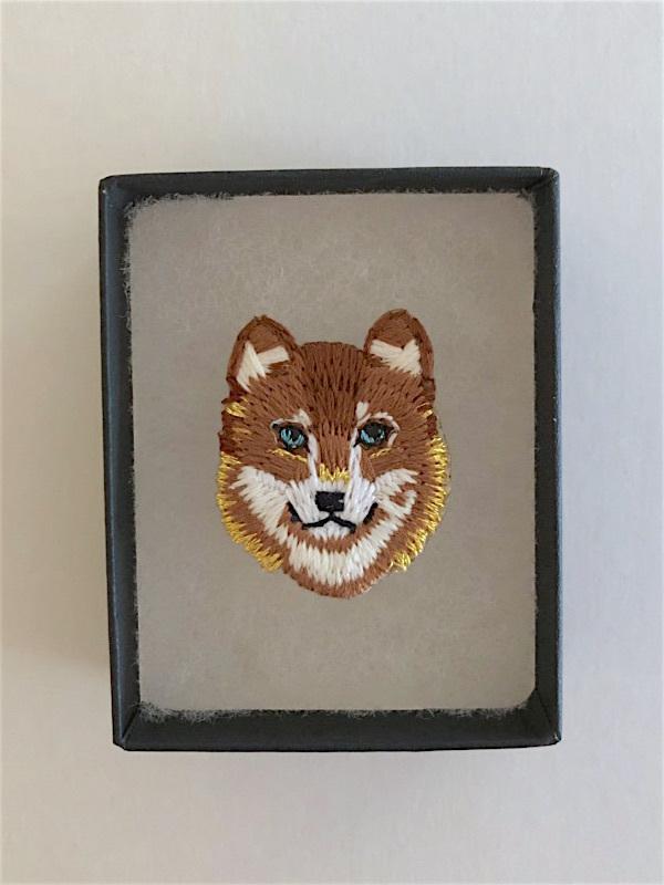 【在庫僅か】オオカミミニ刺繍ブローチ ブラウンゴールド