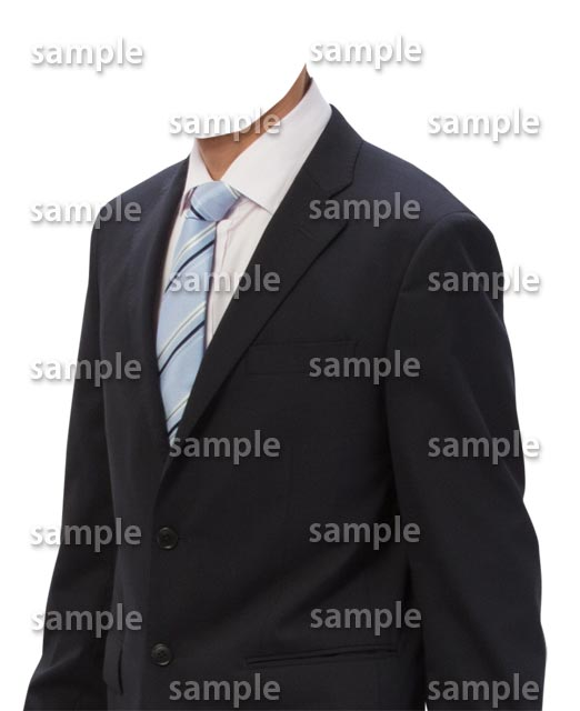 男性黒スーツ水色ネクタイ斜め