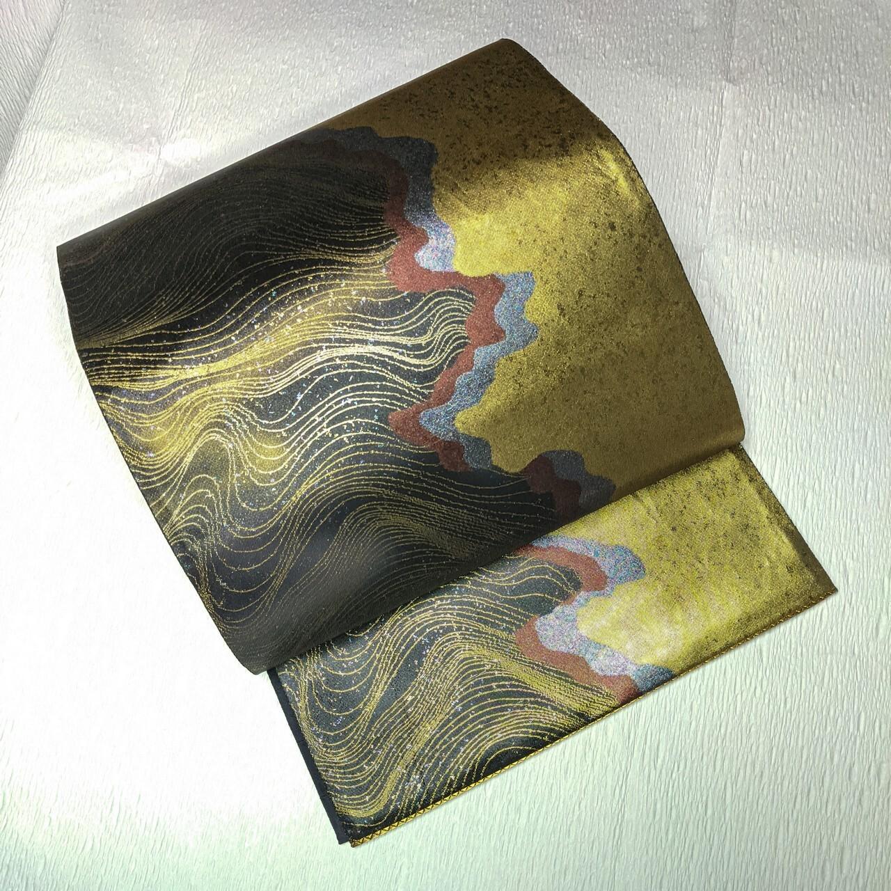 【煌めく】美品 シャイニー袋帯 六通 変わり道長に金線流し ゴールド箔×黒×エンジ