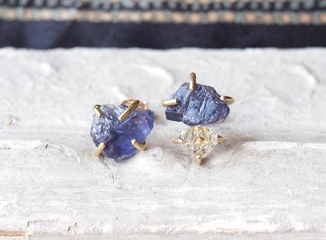 原石のアイオライトとダイヤモンドクォーツのピアス