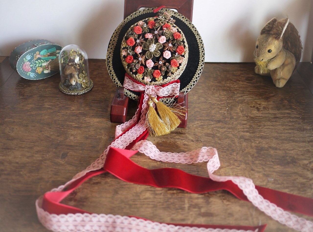 民族衣装帽子 飾り帽子 Hutgebinde ドイツ装花 赤いバラ