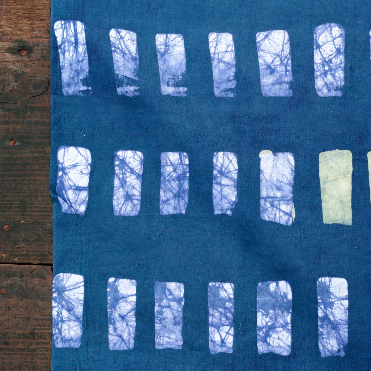 ガーナ・手染めを楽しむバティック生地  10cm~ / 渋いブルー