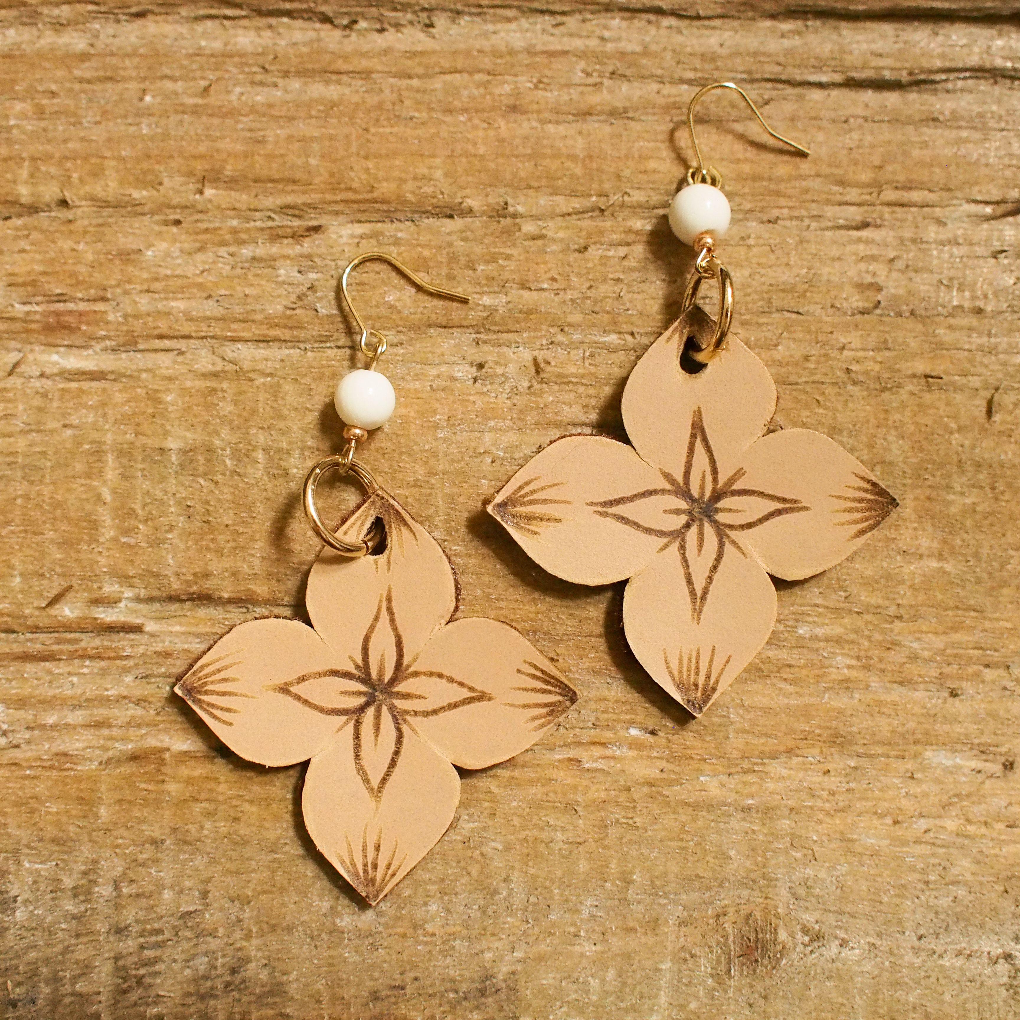 Leather Flower Pierce / Beige2