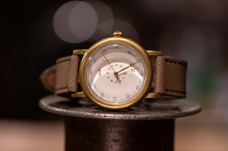 時針が極端に短く分針が長めのシンプルな腕時計(Anton Large/在庫品)