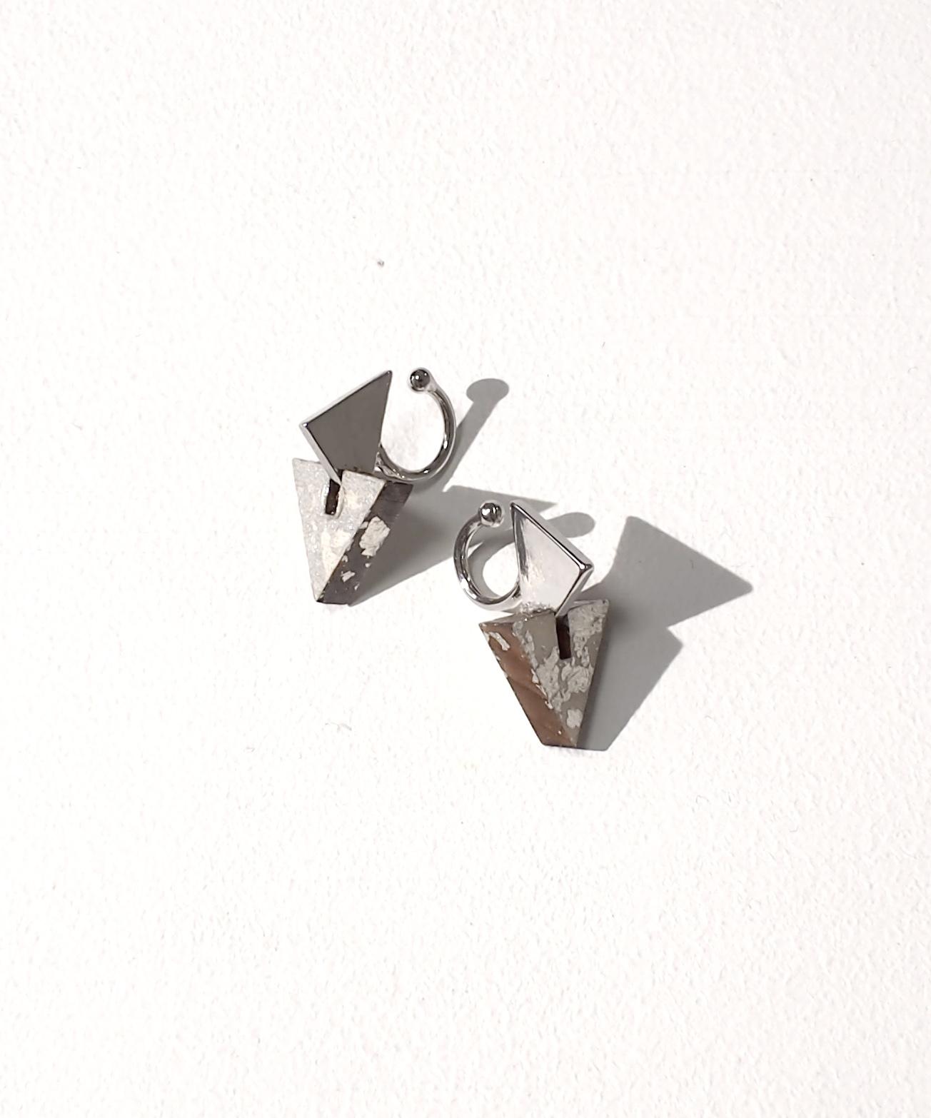 ブロックウッドリピートモチーフ三角イヤリング