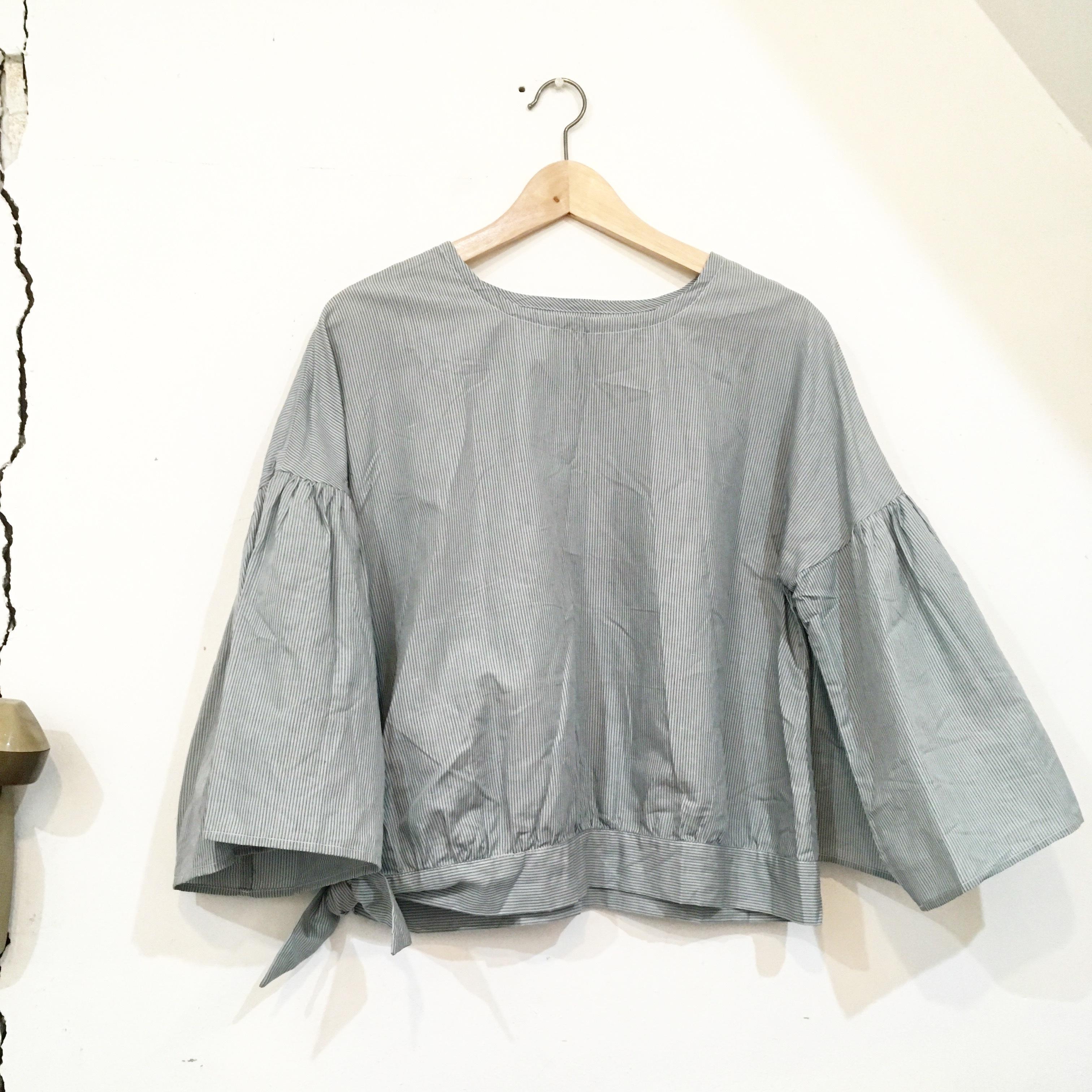 """【maco】""""裾リボン 袖ランチュウ""""ブラウス(ストライプ/ライトブルー×ブラック×グレー)"""