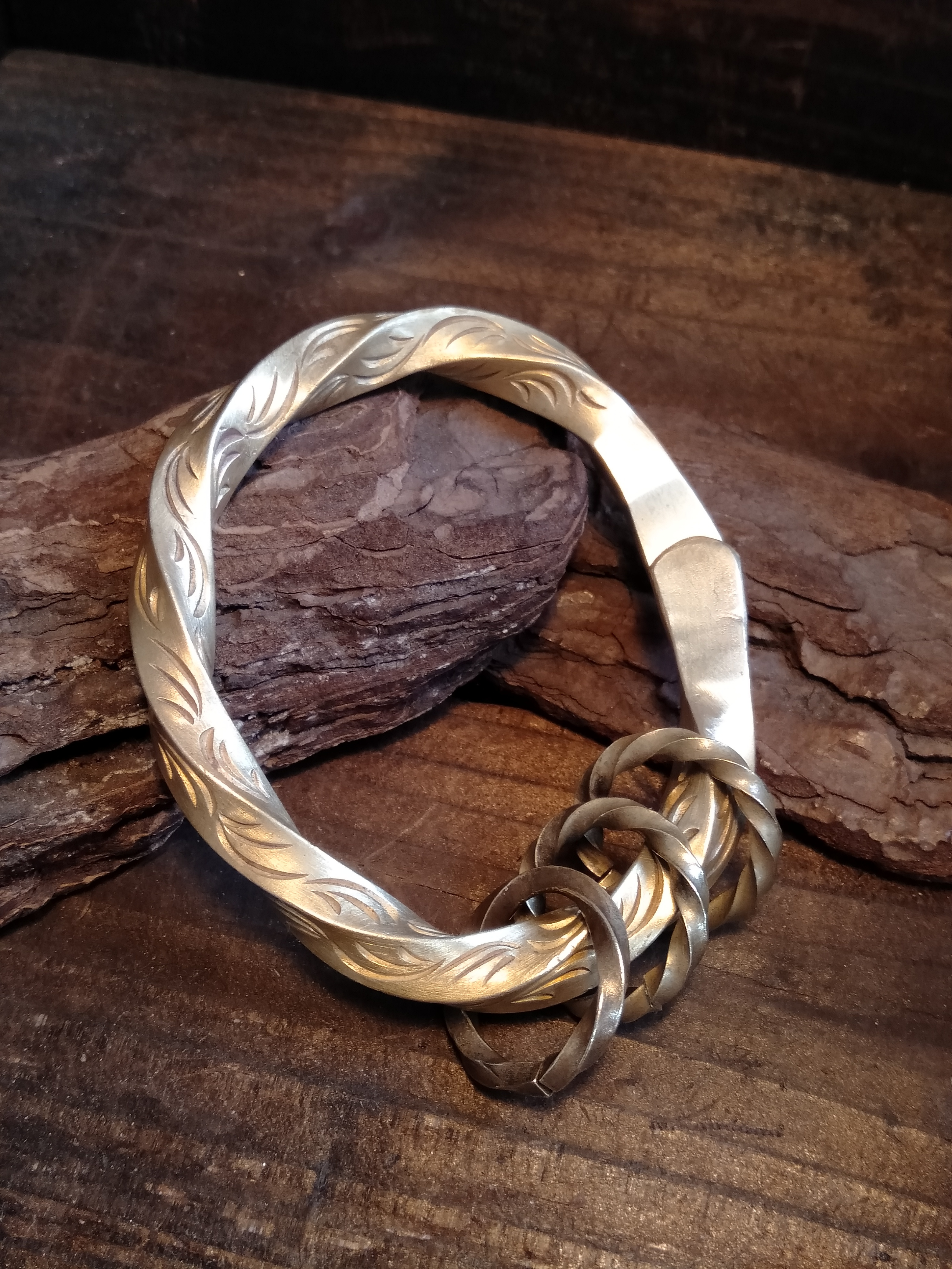 Arabesque Twist Oval Key Ring - 唐草彫りツイストオーバルキーリング