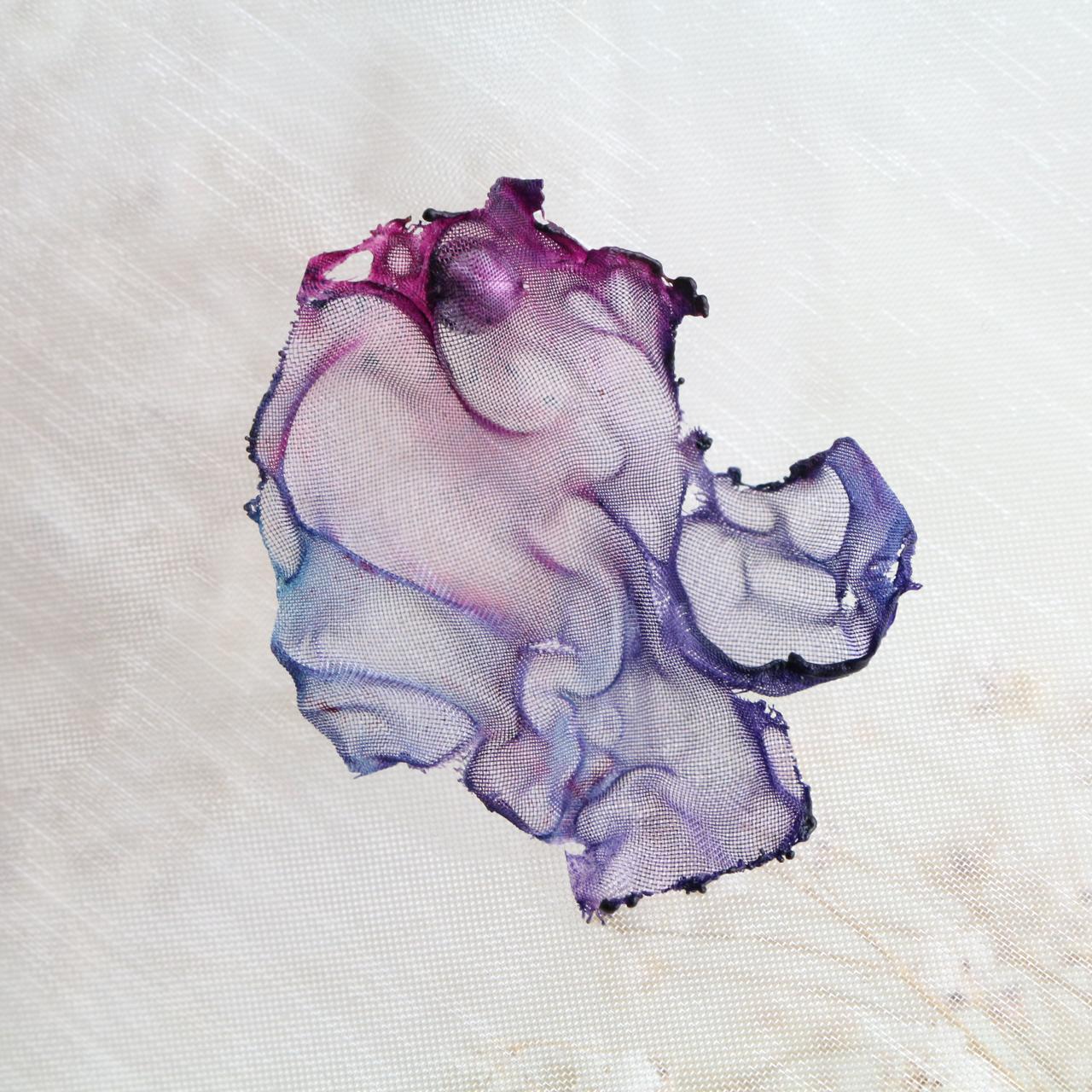 濃紫 染めオーガンジーの片耳アートピアス
