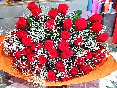 bu011 花束 赤バラとカスミ草
