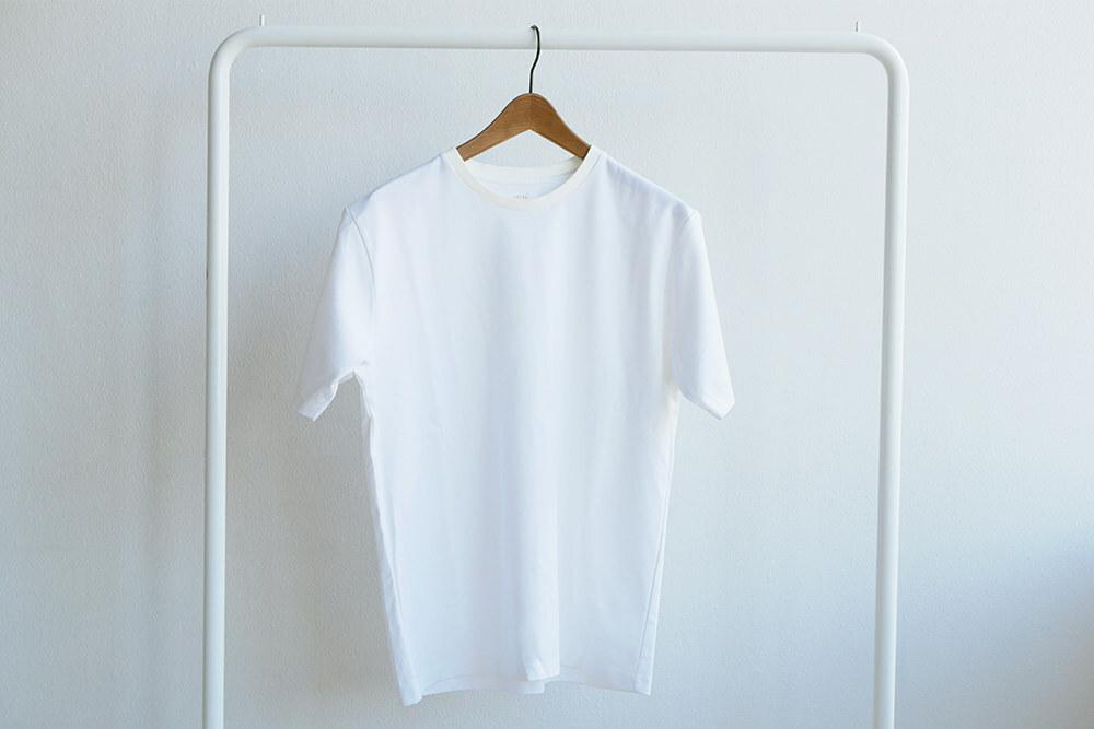 一枚で大人を感じさせるクルーネックTシャツ