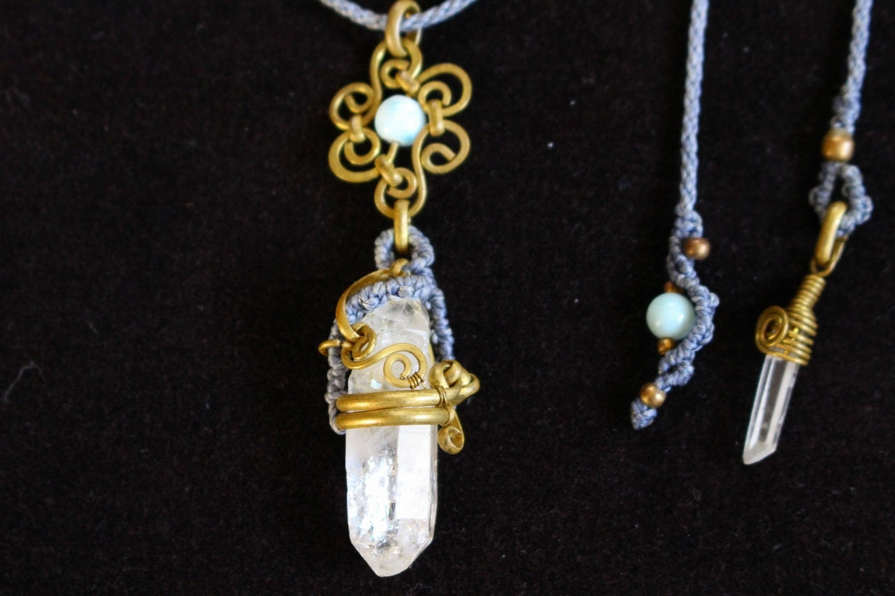 Doublepoint Crystal brasswire macrame pendant