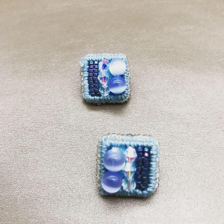 0188:blue×square ビーズ刺繍のスタッドピアス