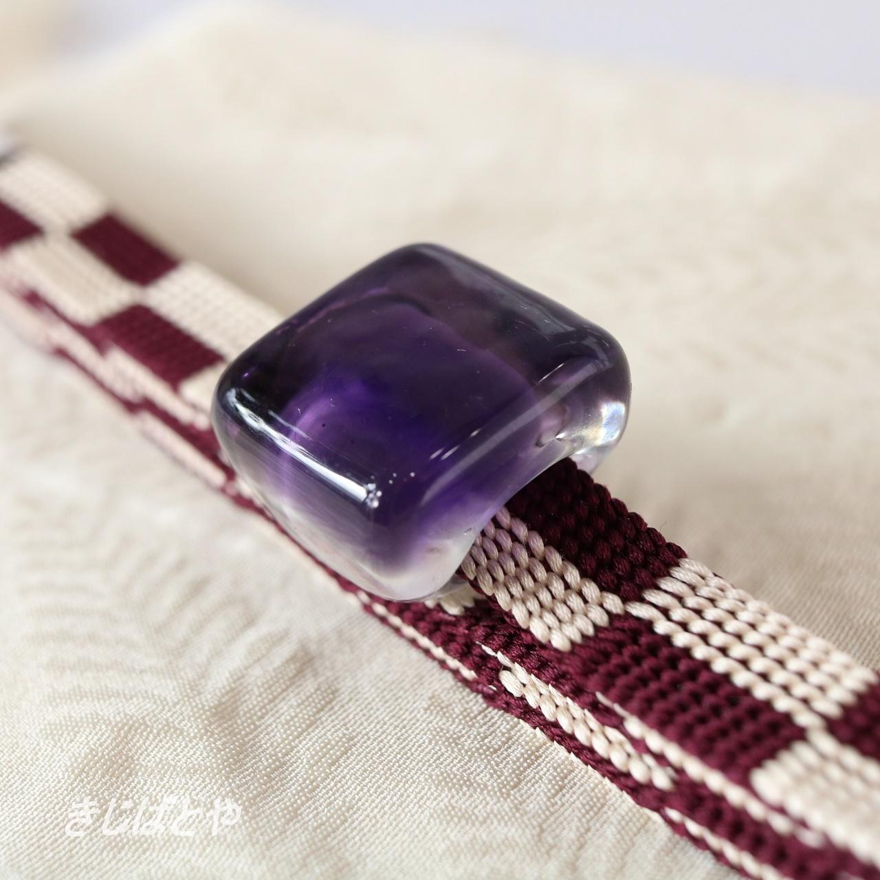 正絹 市松の三分紐ガラスの帯留めつき 菫