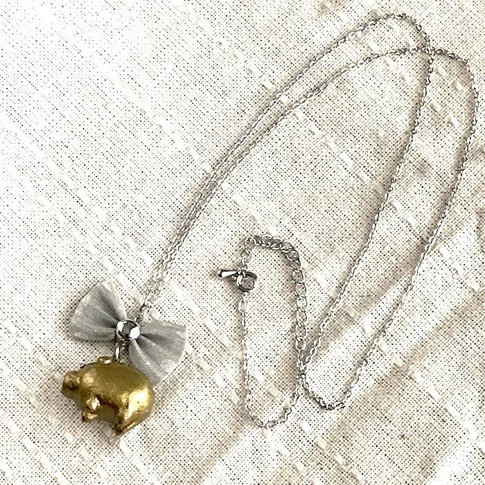 でかリボンとぶたさんのネックレス〔メタル風軽量ネックレス〕