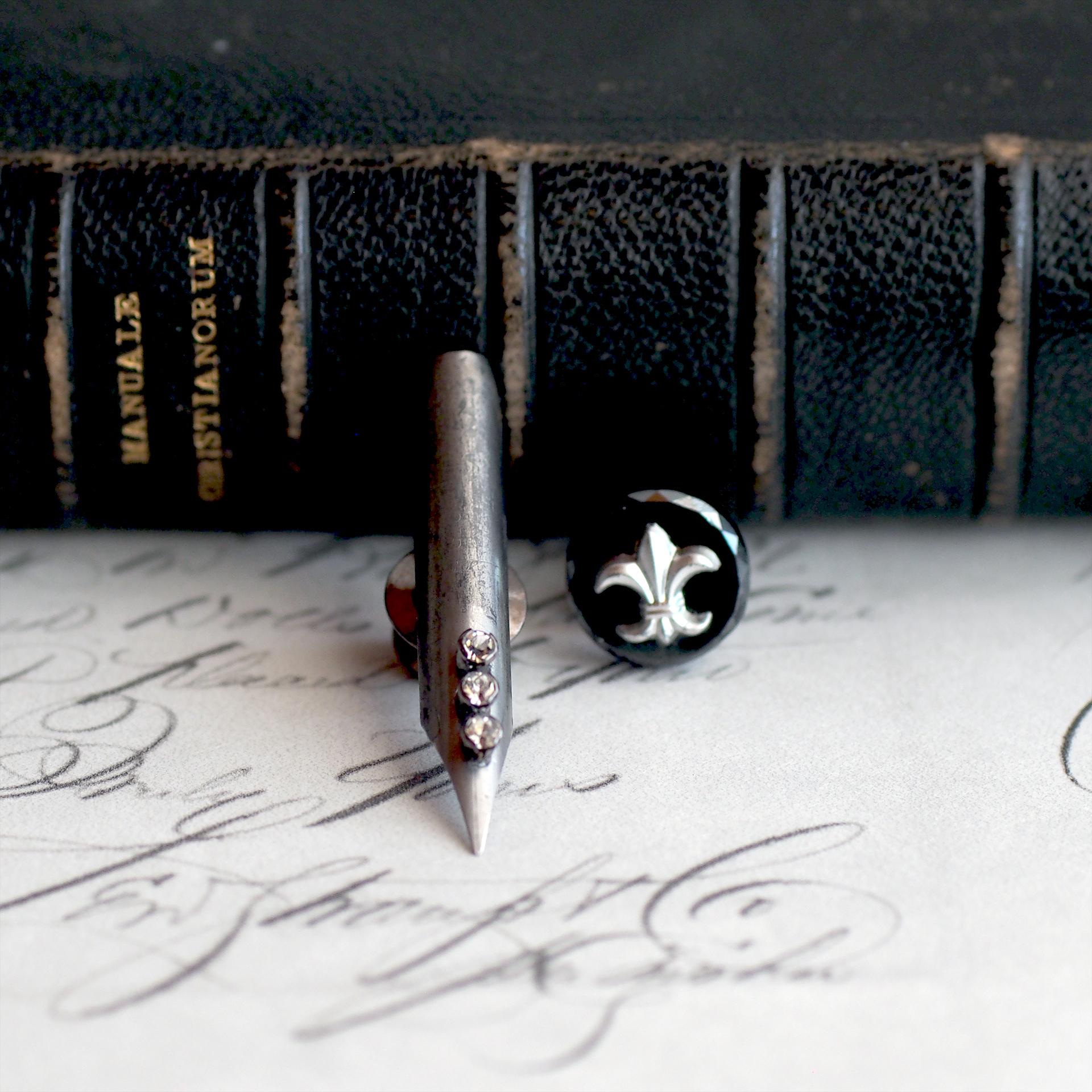 Re:novel - ペン先 - / ピンブローチ(ペンと盾 ユリの紋章)
