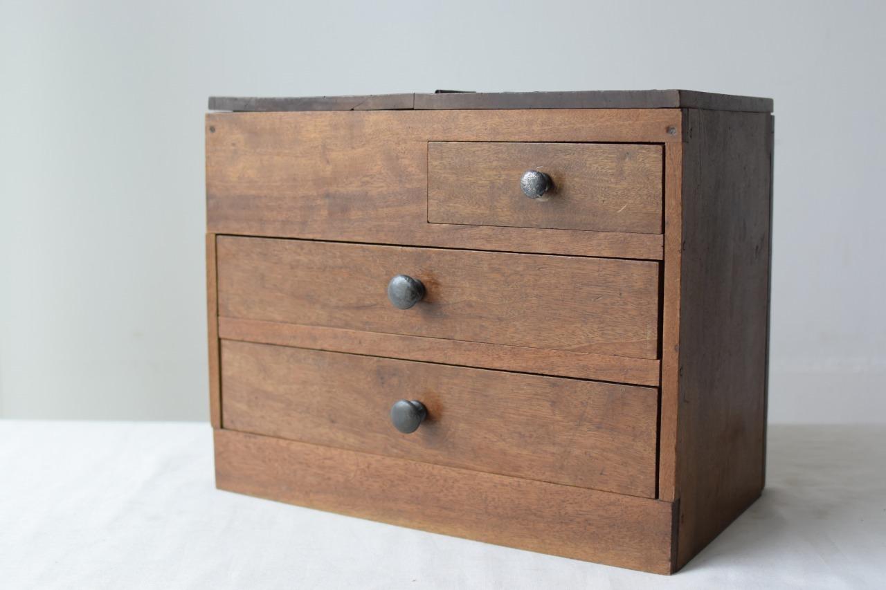 木肌の美しい裁縫箱
