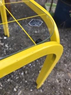 レトロ 黄色いテーブル