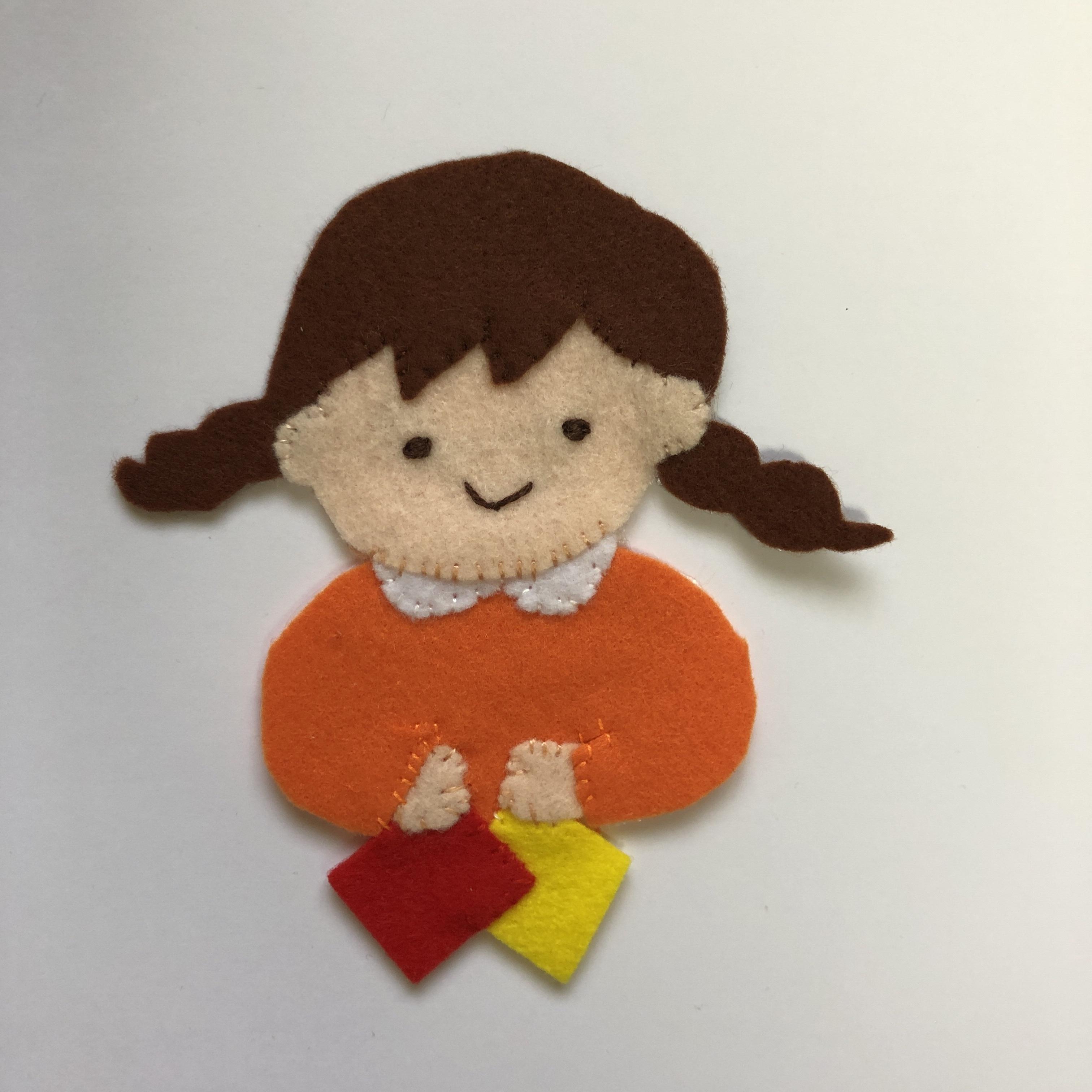折り紙をする女の子